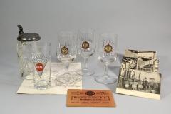 Zinndeckelkrug und Gläser mit BIAG-Signet