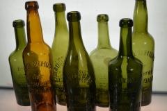 Die ersten Bierflaschen. Mit Reliefprägung und Korkverschluss