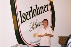 Pure Freude vor dem Logo im Kühlschiff der Brauerei Iserlohn