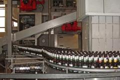 Flaschenkellerei: Flaschen im Vorlauf zur Waschmaschine
